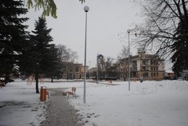 Centrálna zóna. Káble umiestnené na stĺpoch verejného osvetlenia by podľa kontrolóra narušili estetický vzhľad námestia.