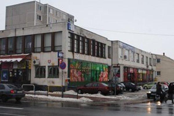Dom služieb. Mesto Sobrance chce na jeho streche postaviť 8 nájomných bytov.