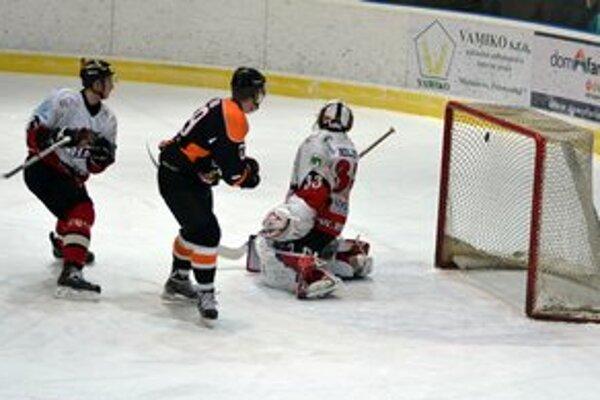 Michalovský gól na 4:1. M. Žemba takto prekonal brankára Považanov Mollera.