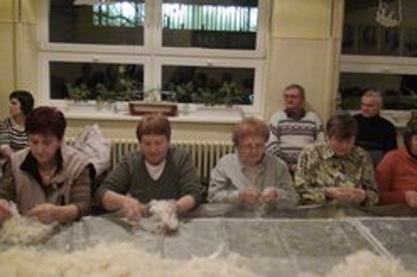 Páranie peria. Túto tradíciu si v Bežovciach pripomínajú každý rok.