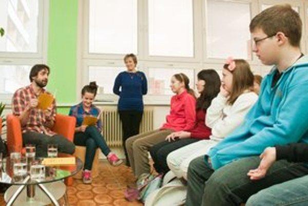 Členovia Kladzanskeho ľudoveho divadla predstavili zemplínske rozprávky v knižnici G. Zvonického v Michalovciach.