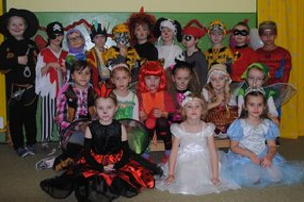 Karneval. Deti si pripravili nádherné masky s pomocou rodičov a učiteliek.