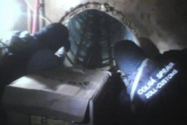 Zásah polície pri objavení tunela.