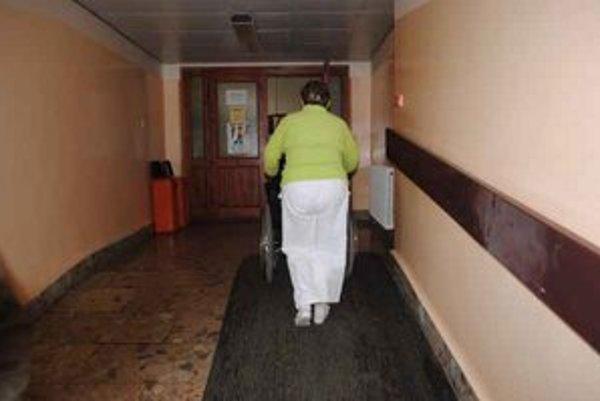 Pacienti. Ak čistota v nemocnici nebola podľa ich predstáv, môžu sa sťažovať u zriaďovateľa, prípadne na to upozorniť hygienikov.