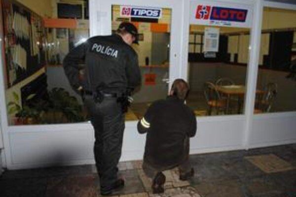 Stávková kancelária. Prepadol ju muž s kapucňou na hlave. Odniesol si 605 eur.