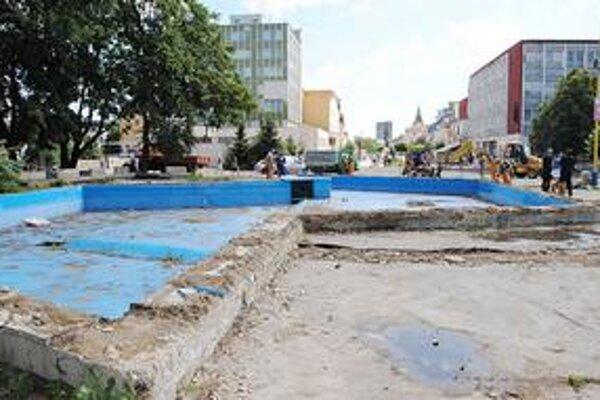 Stará fontána. Nahradí ju nová, modernejšia. V okolí budú lavičky a malé pitné fontány.