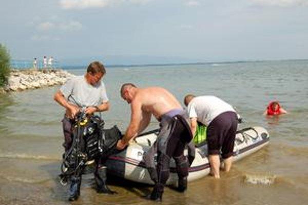 Humenskí potápači. Potápači mali čo robiť, pomáhali si sonarom a striedali sa.