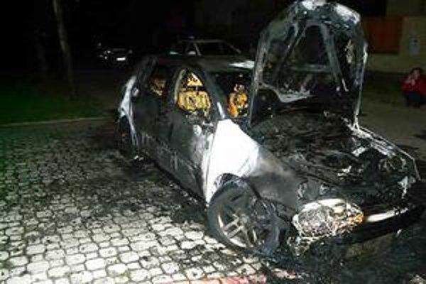 Zapálené auto. Volkswagen zhorel úplne do tla