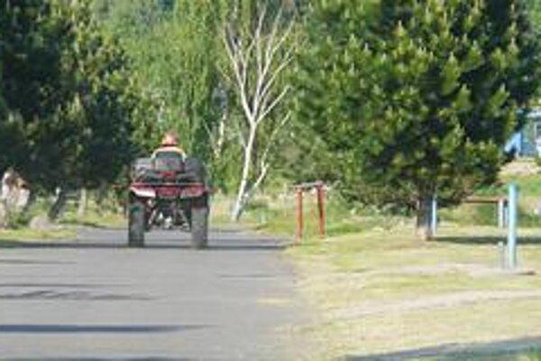 Jazdec na štvorkolke. Motorkou zachytil policajta.