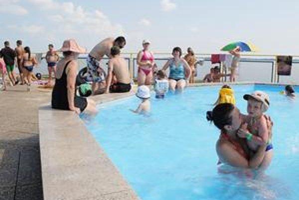 Pravidlá. V detských bazénoch pre deti do troch rokov môžu mamičky len stáť a dozerať na nich. V žiadnom prípade nie sedieť, ponárať sa. Mamky a babky by si máčanie nôh, tam kde sa kúpu drobci, mohli tiež odpustiť.