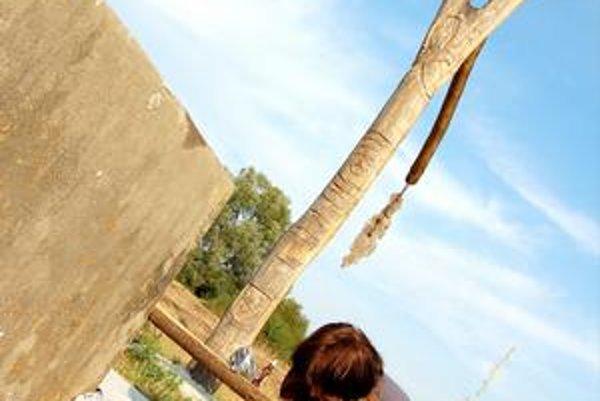Zvečnia historickú pamiatku. Hlavným námetom je Iňačovská studňa, ktorá leží v malebnom prostredí.
