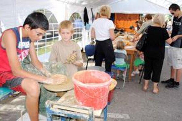 Jarmok a remeslá. Deti si mohli v tvorivej dielni vyskúšať výrobu džbánov.