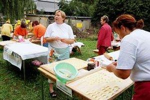 Podhoroďské slávnosti. Súčasťou festivalu je súťaž v lepení a varení pirohov.