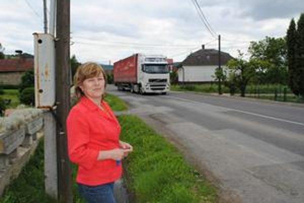 Starostka Zbudského Dlhého. Mária Kulanová spolu s obyvateľmi obce žiadajú, aby kamióny na cestu ich obcou nesmeli. Okrem toho, že ju ničia, ničia aj domy ľudí.