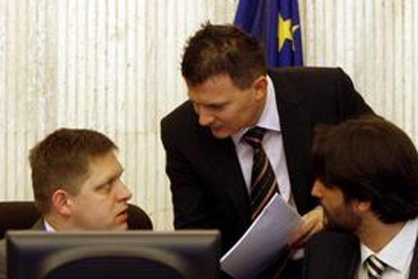 Ak by premiér Fico presadil daň z dividend, narobil by starosti ministrovi vnútra Kaliňákovi a ministrovi financií Počiatkovi. Majetok im vynáša viac ako ich ministerské platy.