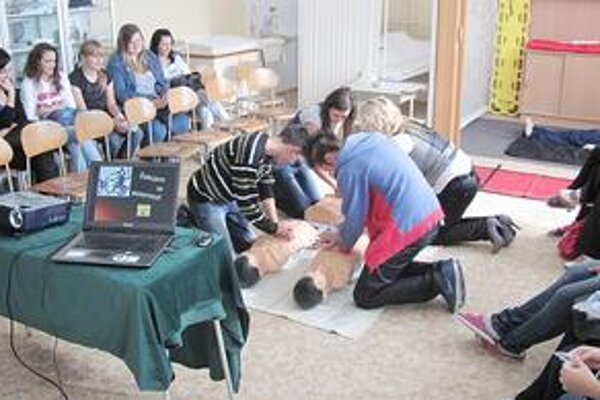 Študenti nacvičovali ako poskytnúť prvú pomoc v prípade intoxikácie človeka drogami.