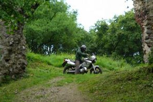 Motorkári si turistické chodníky mýlia s krosovou dráhou. Jazdia až priamo na hrad.