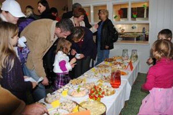 Výstava a ochutnávka. Cieľom podujatia bolo propagovať medzi deťmi a rodičmi zdravú výživu.