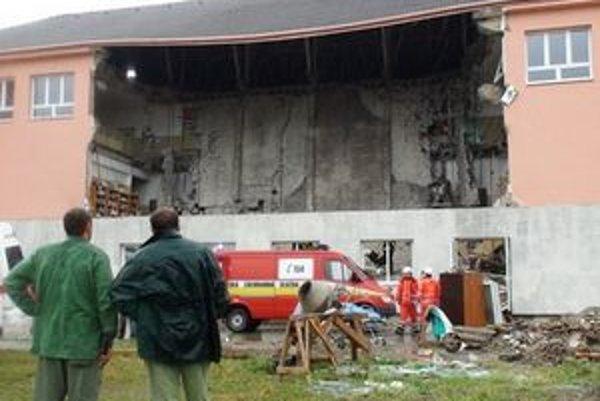 V ruinách školy zahynul jeden robotník.