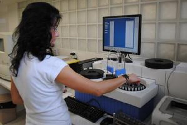 Biochemický analyzátor. Umožňuje podrobnejšie vyšetrenia krvi.