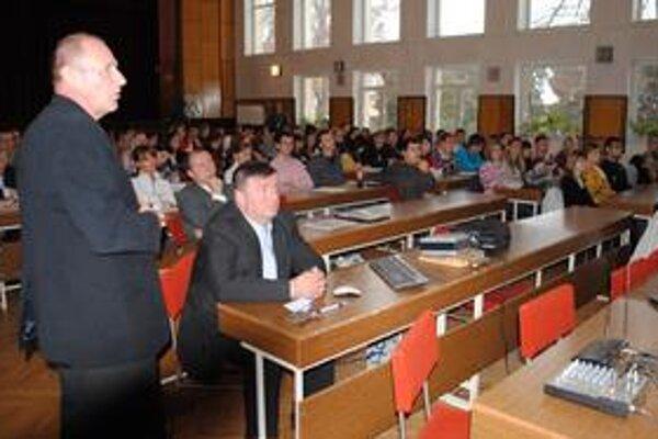 Prednášky. Odborníci sa snažia medzi študentmi vzbudiť záujem o vedu a výskum.