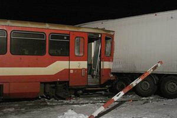 Nehoda. Motorák z Medzilaboriec so 40 cestujúcimi našťastie nešiel rýchlo, lebo brzdil pred stanicou.