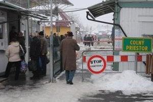 Veľké Slemence. Stovky Slovákov zháňali na Ukrajine vianočné darčeky, ozdoby a sladkosti.