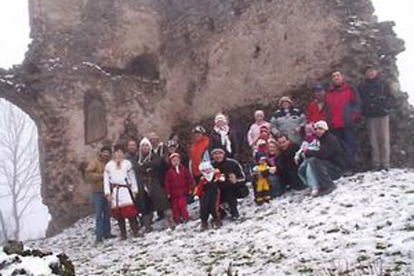 V Brekove na Silvestra turistika. Ak sa chcete aj vy vidieť na podobnej spoločnej fotke z Brekovského hradu, vyberte sa do Brekova. Stretnutie účastníkov bude dnes o dvanástej pred kostolom.