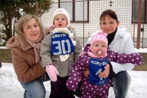 Najmladšie pretekárky. Najmladšou bežkyňou bola 14-mesačná Sárka Andrejčinová. Na snímke s mamkou a sesternicou, 3-ročnou Tamarkou Sabolovou a jej mamou.