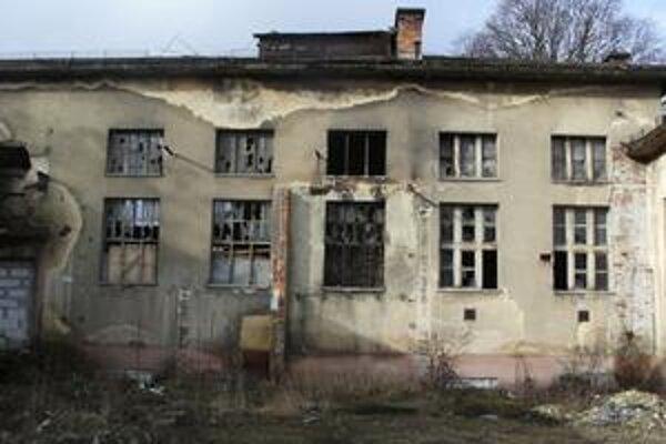 Toto je budova, ktorá už roky chátra v areáli Nemocnice A. Leňa.