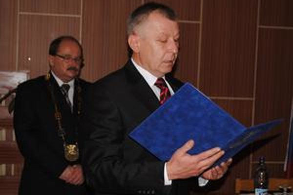 Primátor. Štefan Staško sa ujal funkcie. V pozadí exprimátor Pavol Džurina.