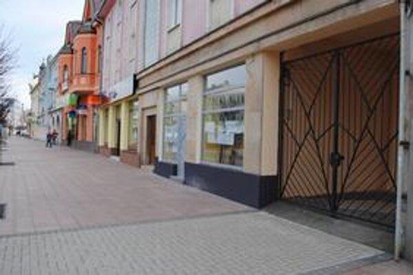 Podchody. V Michalovciach uzavreli súkromnou kovovou bránou už druhý podchod.