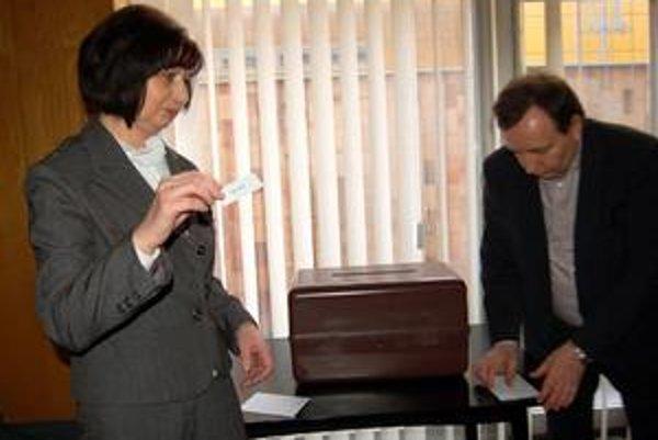 Žrebovala sekretárka. Primátor žrebovaním poveril sekretárku Máriu Vaškovú. Žreb padol na Juraja Seleckého.