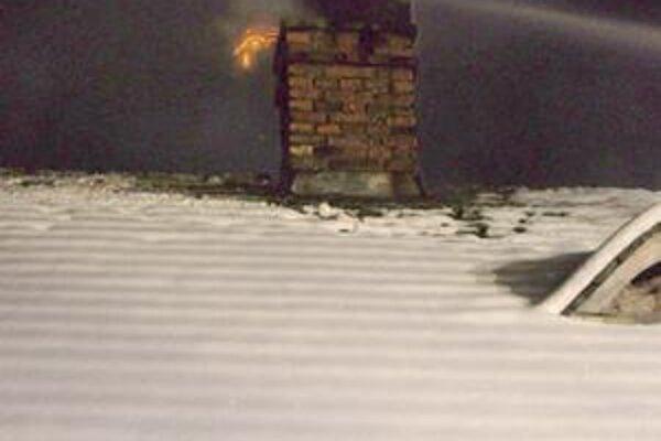 Ako vidno na obrázku, v komíne sa vznietili sadze.
