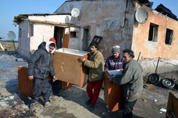 V prerobenej hospodárskej budove bývali desiatky Rómov.