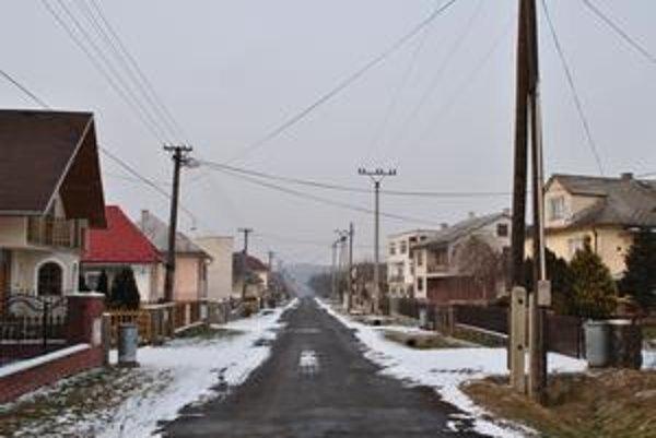 Kamenica nad Cirochou. Tragédia postihla jednu z rodín bývajúcich na tejto ulici.