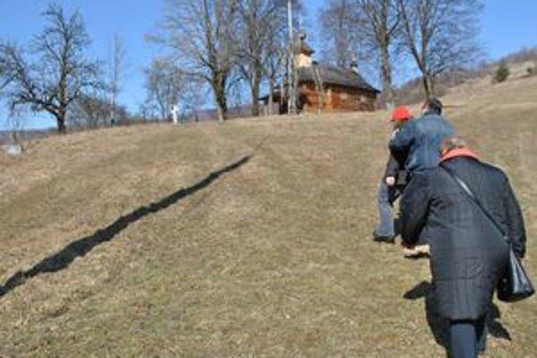 Prístup k chrámu. Cez dvor a súkromný pozemok ho umožnili verejnosti majitelia tohto domu.
