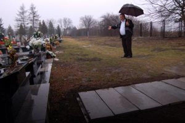 Jaroslav Malackanič. Ukazuje, že po tom, ako im zostali len štyri nové miesta, začali pochovávať tesne pod plotom.