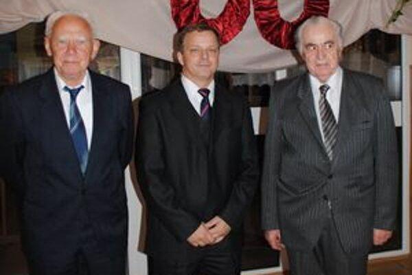 Riaditelia. Sprava prvý riaditeľ Ján Petro, súčasný Ján Valiga a bývalý Jozef Kunder.