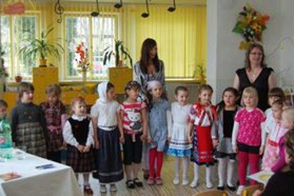 Slávik v materskej škole  Malé speváčky potešili rodičov i starých rodičov.