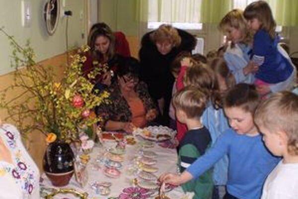 Deti. Naučili sa vyrábať korbáče, maľovať kraslice a zdobiť medovníky.