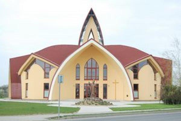 Kostol je dominantou námestia.