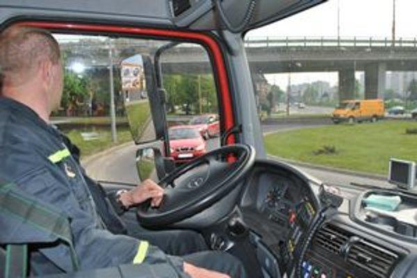 Stačila hodina. Počas nej nedali na ceste prednosť hasičom až traja vodiči.