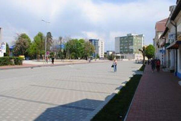 Zrekonštruovaná ulica. Časť Michalovčanov si myslí, že by opäť mala slúžiť ako parkovisko. Niektorí sú proti.