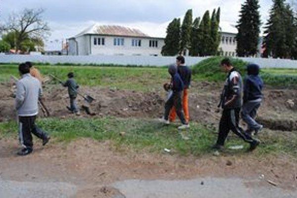 Úlovok. V zemi hľadali kusy železa. Lopatami a motykami pracovali aj deti.