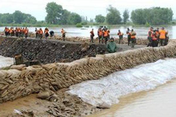 Práce na pretrhnutej hrádzi pri Markovciach na Ondave počas minuloročných povodní.