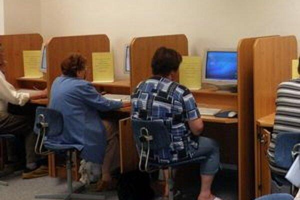 Účastníci kurzu. Práca s počítačom im už nebude robiť problémy.