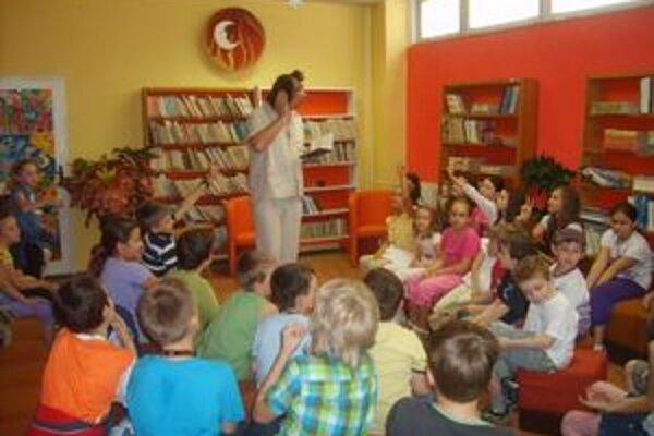 Deti sa zabávali. Do netradičného čítania sa zapojili s chuťou.