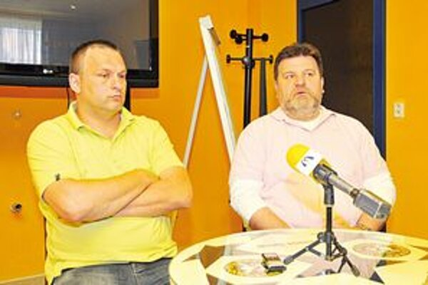 Spokojnosť v HC winLand. Vľavo tréner Pavol Jano, vedľa Stanislav Hudák.