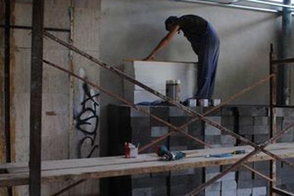 Rekonštrukcia. Mesto opraví fasádu, vymení okná, vstupné dvere, zateplí objekt  a zrekonštruuje interiér. Potom tu nainštaluje kamery.